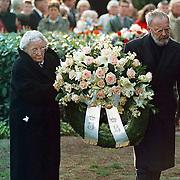 Dodenherdenking Baarn, Juliana en Bernhard leggen een krans bij het monument