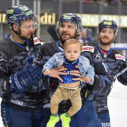 David Elsner (Nr.61 - ERC Ingolstadt), Brett Olson (Nr.16 - ERC Ingolstadt) mit Sohn Torwart Jochen Reimer (Nr.32 - ERC Ingolstadt) beim Spiel in der DEL, ERC Ingolstadt (dunkel) - Grizzlys Wolfsburg (hell).<br /> <br /> Foto © PIX-Sportfotos *** Foto ist honorarpflichtig! *** Auf Anfrage in hoeherer Qualitaet/Aufloesung. Belegexemplar erbeten. Veroeffentlichung ausschliesslich fuer journalistisch-publizistische Zwecke. For editorial use only.