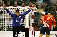 Albert Rocas (ESP) gegen Torhueter Henning Fritz (GER). © Urs Bucher/EQ Images