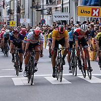 Rytterne passerer mållinjen i Kristiansand under Tour of Norway sykkelritt etappe 2: Lyngdal - Kristiansand.