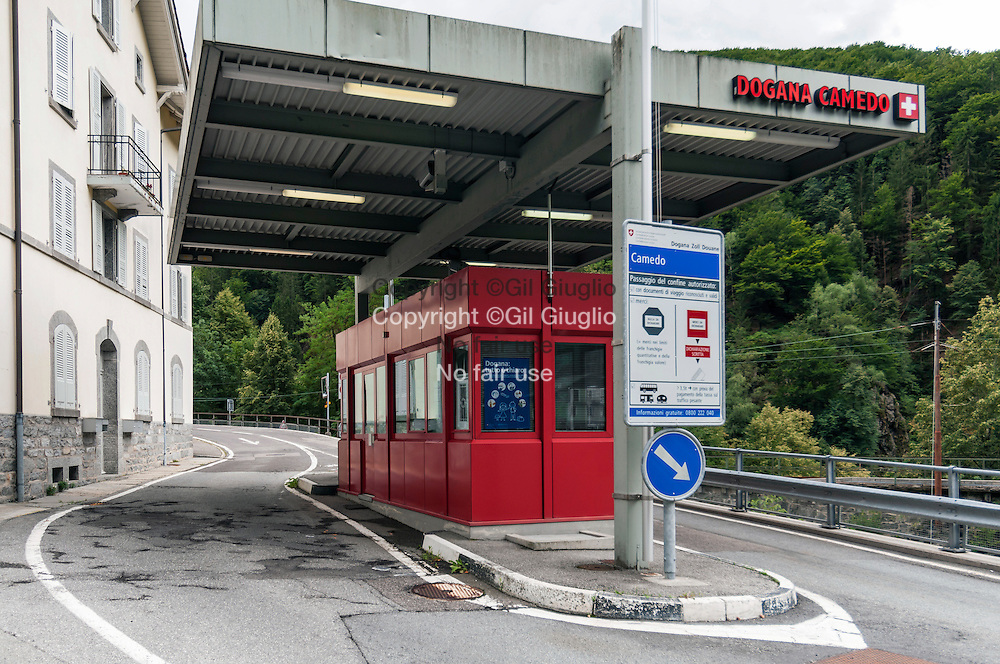 Suisse, canton du Tessin, poste de douane de Camedo entre Suisse et Italie // Switzerland, Ticino canton, border crossing point between Switzerland ans Italia at Camedo