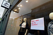 Nederland, Nijmegen, 16-11-2020  Bij een gesloten winkel van modeketen miss etam hangt een briefje op het raam met daarop de mededeling dat ze sinds vandaag gesloten zijn. Foto: ANP/ Hollandse Hoogte/ Flip Franssen