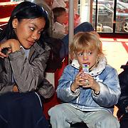 Premiere de Kleine IJsbeer, Marco Borsato en zoon Luca en kindermeisje, aupair Janeth