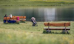 THEMENBILD - ein arabisches Urlaubspaar sitzt auf einer Bank direkt am See. Die Frau fotografiert mit dem Handy. Der Hintersee ist ein kleiner Gebirgssee in 1313 m Höhe im Talschluss des Felbertals in Mittersill. Der Bergsee ist ein Naturdenkmal und wurde unter Schutz gestellt. Der Hintersee gilt als Geheimtipp, Erholungsgebiet und ein Platz, den man gesehen haben muss, aufgenommen am 23. Juni 2019, am Hintersee in Mittersill, Österreich // an Arab holiday couple sitting on a bench right by the lake. The woman photographs with her mobile phone. Hintersee is a small mountain lake 1313 m above sea level at the end of the Felbertal valley in Mittersill. The mountain lake is a natural monument and was placed under protection. The Hintersee is an insider tip, a place you must have seen and a recreation area on 2019/06/23, Hintersee in Mittersill, Austria. EXPA Pictures © 2019, PhotoCredit: EXPA/ Stefanie Oberhauser