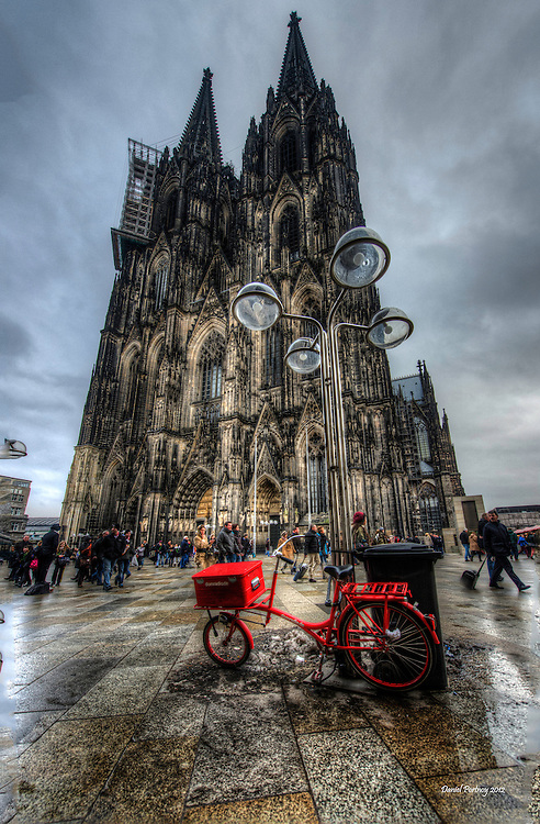 The red bike on the Domplatz in Köln.
