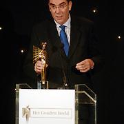 NLD/Bussum/20051212 - Uitreiking Gouden Beelden 2005, Lars Anderson reikt Nieuws & Evenementen award uit aan Hans Laroes voor NOS Journaal, Tsunami verslagen