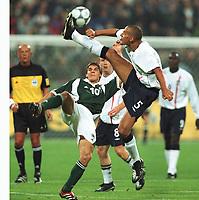 Fotball: Tyskland-England 1-5. München. 01.09.01.<br /><br />v.l.  Sebastian DEISLER , Rio FERDINAND<br />               WM-Quali   Deutschland - England  1:5
