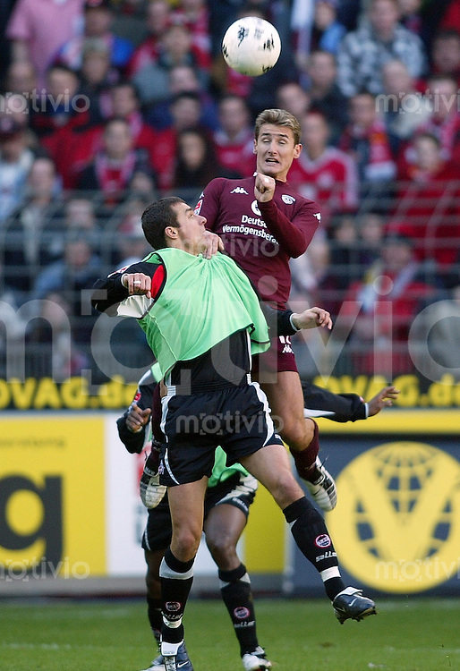 FUSSBALL 1. Bundesliga 2003/2004  1. FC Kaiserslautern - 1.FC Koeln Miroslav Klose (Lautern,hinten) gegen Christian Springer (Koeln, vorne)