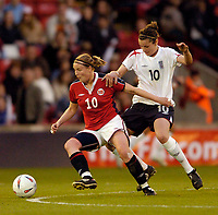 Fotball<br /> England 2004/2005<br /> Foto: SBI/Digitalsport<br /> NORWAY ONLY<br /> <br /> England v Norge<br /> Women's European Championship Warmup<br /> 06/05/2005.<br /> <br /> Norway's Unni Lehn (L) holds off England's Emily Westwood