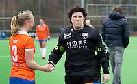 AMSTELVEEN- HOCKEY -  Laurien Boot  (l) met Laura Sluijter van Bloemendaal  voor de hoofdklasse competitiewedstrijd tussen de dames van Hurley en Bloemendaal (3-0) .   COPYRIGHT KOEN SUYK