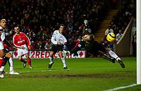 Fotball<br /> Premier League England 2004/2005<br /> Foto: BPI/Digitalsport<br /> NORWAY ONLY<br /> <br /> Charlton Athletic v Fulham <br /> FA Barclays Premiership<br /> 20/12/2004<br /> <br /> Danny Murphy of Charlton fires the ball against Edwin Van Der Sar's post.