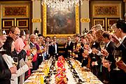 Tweede dag van het staatsbezoek van de Singaporese president. Koning Willem-Alexander en koningin Máxima en president Halimah Yacob van Singapore en haar echtgenoot Mohamed Abdullah Alhabshee komen aan voor het regeringsdiner in de Trêveszaal in Den Haag<br /> <br /> Second day of the state visit by the Singaporean President. King Willem-Alexander and Queen Máxima and President Halimah Yacob of Singapore and her husband Mohamed Abdullah Alhabshee arrive for the government dinner in the Trêveszaal in The Hague