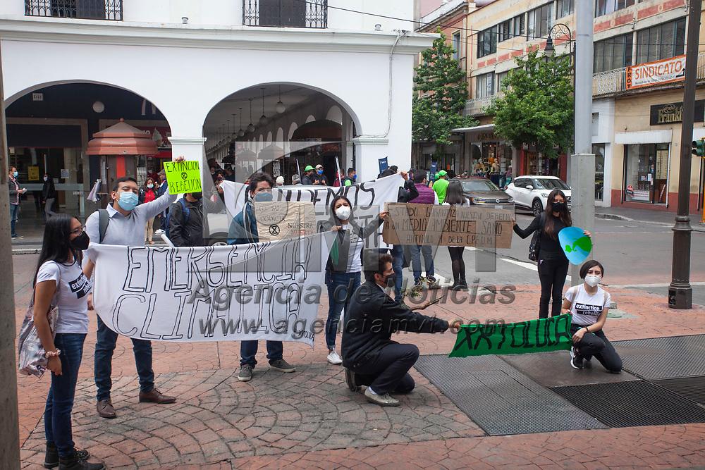 """Toluca, México.- Ambientalistas del colectivo Extinction Rebellion Toluca, protestan en el marco del día mundial del medio ambiente que se  celebrara el día 5 de Junio, Con el fin de concientizar a la población sobre la importancia de generar acciones en favor del medio ambiente y contrarrestar el cambio climático. Bajo el lema """"Nos rebelamos en contra de la extinción"""" y """"emergencia climática"""" los jóvenes denunciaron la tala de arboles en el Nevado de Toluca, la minería y la contaminación causada por las empresas transnacionales. Agencia MVT / Jesús Mendoza"""