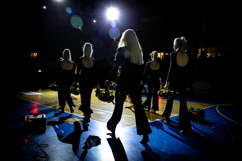 ÖSTERSUND 20200117<br /> Wendlas dansare gör entré under fredagens match i basketligan mellan Jämtland Basket och Borås Basket i Östersunds Sporthall.<br /> <br /> Foto: Per Danielsson/Projekt.P