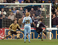 Photo: Leigh Quinnell.<br /> Coventry City v Leeds United. Coca Cola Championship. 18/03/2006. David Healy fires in his penalty for Leeds.