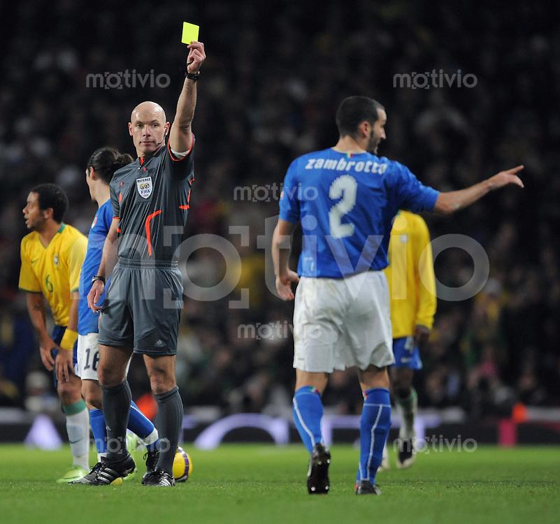 FUSSBALL   INTERNATIONAL   Testspiel  in London   10.02.2009 Brasilien - Italien                Schiedsrichter Howard Web (li, ENG) zeigt Gianluca Zambrotta (re, ITA) die Gelbe Karte