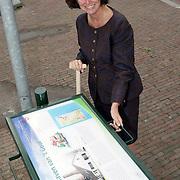 NLD/Huizen/20080908 - Onthulling TIP bord door wethouder Petra Bakker bij de haven in Huizen