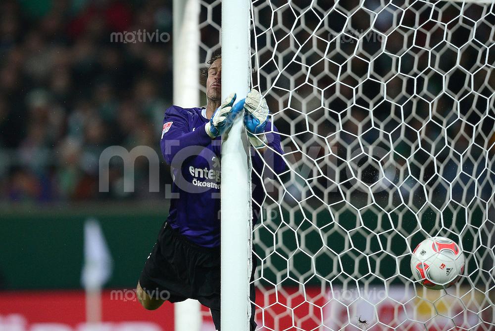 USSBALL   1. BUNDESLIGA    SAISON 2012/2013    10. Spieltag   Werder Bremen - FSV Mainz 05                             04.11.2012 Torwart Christian Wetklo (1. FSV Mainz 05) laeuft gegen den Pfosten bei dem Gegentor zum 2-1