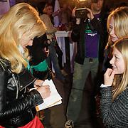 NLD/Amsterdam/20120320 - Modeshow Raak 2012 Amsterdam, Gigi Ravelli deelt handtekeningen uit
