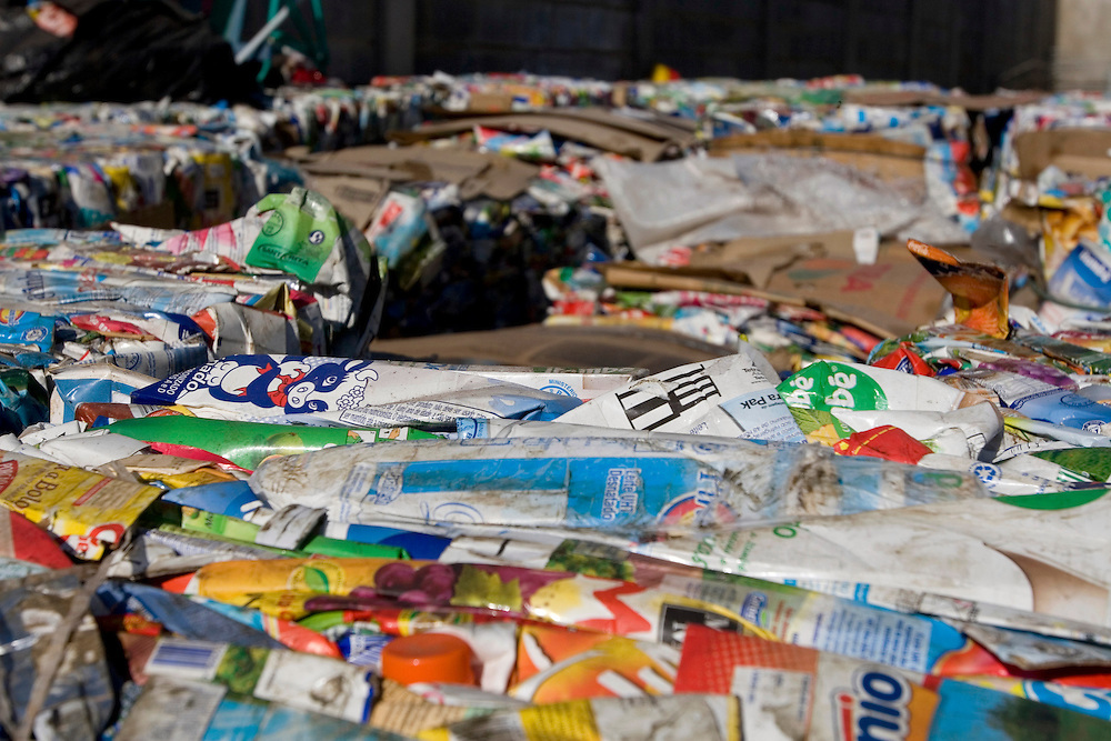 Belo Horizonte_MG, Brasil...COMARP (Comunidade Assoc. para Reciclagem de Material da Regiao da Pampulha). Na foto detalhe de lixo sendo reciclado...COMARP (Comunidade Assoc. para Reciclagem de Material da Regiao da Pampulha). Na foto detalhe de lixo sendo reciclado. In this photo, detail of plastic garbage for recicling...Foto: VICTOR SCHWANER /  NITRO