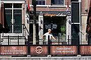Nederland, Amsterdam, 6-5-2020  Per 1 juni mogen de cafes en andere horeca weer open en bedienen op terrassen voor 30 mensen en met anderhalve meter tussenruimte . De horeca is al enkele weken gesloten vanwege de coronadreiging en veel ondernemers willen dat de regering het normale dagelijks leven weer langzaam laat opstarten . Opgestapelde stoelen op de wallen in de binnenstad van Amsterdam  . Unlock,beperkende,beperkingen, opheffen,versoepelen,versoepeling , opengooien. Foto: Flip Franssen