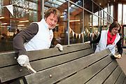 NLD - Dordrecht. De Koninklijke Familie helpt tijdens NL DOET 2013 mee met allerlei werkzaamheden bij duurzaamheidscentrum Weizigt. De prinsen maken de picknicktafels schoon. Weizigt heeft als doelstelling om de bezoekers bewust te laten worden van duurzaamheid. Op het twee hectare grote natuurterrein zijn verschillende faciliteiten zoals: een duurzame stadsboerderij, het koetshuis, tuinen, een klimaatkas, het aquarama en een bijenstal. Tijdens NL DOET doen zoveel mogelijk mensen in heel Nederland een of twee dagen vrijwilligerswerk. NL DOET wordt landelijk georganiseerd door het Oranje Fonds. Foto: Redmar Kruithof.