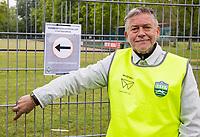 AMSTERDAM - Gerard Tjeerdsma. Normaal clubhuismanager Hockeyclub Westerpark. Voor veel hockeyjeugd betekende woensdag 29 april een bevrijding. Eindelijk mocht er voorzichtig weer gehockeyd worden, na een gedwongen stop vanwege het coronavirus.    COPYRIGHT KOEN SUYK