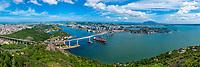 Brasil - ES - Vitoria - Panoramica da baia de Vitoria com navio passando debaixo da Terceira Ponte. Foto: David Protti.
