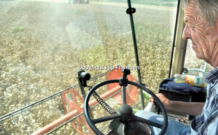 Nederland, Ubbergen, 18-8-2016 Oogst van een veld met tarwe, graan . Tarweveld, graanveld. Een loonwerker doet de graanoogst .Foto: Flip Franssen