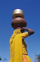 Inde, Rajasthan, region de Jaisalmer, Femmes de retour du puit du village. // India, Rajasthan, Jaisalmer area, woman carying water