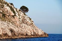 Castro Marina - Salento - Puglia - Vista della scogliera di Castro dalla banchina.