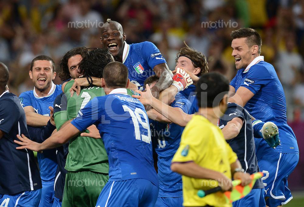 FUSSBALL  EUROPAMEISTERSCHAFT 2012   VIERTELFINALE England - Italien                     24.06.2012 Italienischer Jubel nach dem erfolgreichen Elfmeterschiessen um Torwart Gianluigi Buffon (Italien)