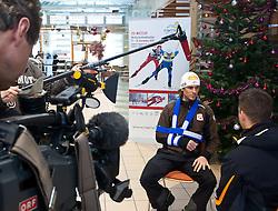 15.12.2010, Veranstaltungzentrum, Ramsau, AUT, Pressekonferenz Felix Gottwald, im Bild der verletzte ÖSV Star Felix Gottwald, der sich bei einem Trainingssturz in Villach einen glatten Bruch des rechten Schulterblattes zugezogen hat, EXPA Pictures © 2010, PhotoCredit: EXPA/ J. Feichter