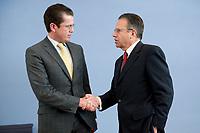 12 APR 2010, BERLIN/GERMANY:<br /> Karl-Theodor zu Guttenberg (L), CDU, Bundesverteidigungsminister, und Frank-Juergen Weise (R), Vorstandsvorsitzender der Bundesanstalt fuer Arbeit, und verabschieden sich nach einer Pressekonferenz zur Vorstellung der Strukturkommission der Bundeswehr, Bundespressekonferenz<br /> IMAGE: 20100412-01-045<br /> KEYWORDS: Frank-Jürgen Weise, Handshake