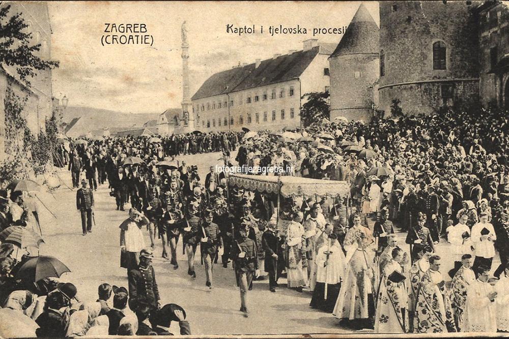 Zagreb (Croatie) : Kaptol i tjelovska procesija. <br /> <br /> ImpresumZagreb : Naklada A. Brusine, 1905.<br /> Materijalni opis1 razglednica : tisak ; 9 x 14 cm.<br /> SuradnikMosinger, Rudolf(1865.–1918.)<br /> NakladnikTiskara A. Brusina<br /> Vrstavizualna građa • razglednice<br /> ZbirkaGrafička zbirka NSK • Zbirka razglednica<br /> ProjektPozdrav iz Zagreba • Pozdrav iz Hrvatske<br /> Formatimage/jpeg<br /> PredmetZagreb –– Kaptol<br /> Bakačeva kula (Zagreb)<br /> SignaturaRZG-KAP-9<br /> Obuhvat(vremenski)20. stoljeće<br /> NapomenaRazglednica je putovala 1905. godine. • U lijevom donjem kutu poleđine razglednice otisnut je monogram Rudolfa Mosingera.<br /> PravaJavno dobro<br /> Identifikatori000955272<br /> NBN.HRNBN: urn:nbn:hr:238:455986 <br /> <br /> Izvor: Digitalne zbirke Nacionalne i sveučilišne knjižnice u Zagrebu