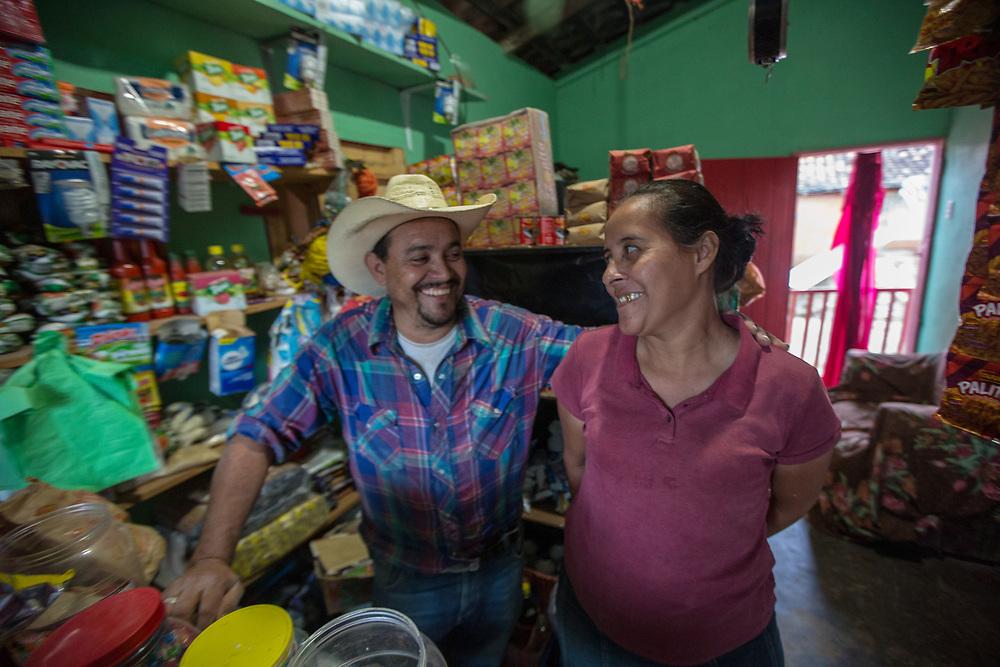 Isaiah Alvarado Alvarado (señor)<br /> Digna Xiomara Flores Acosta (señora)<br /> <br /> Llegamos a los estados unidos, fuimos como familia.<br /> Siempre fue difícil llegar allí a los estados unidos. Estuvimos ocho meses allí. Llegaron adonde estábamos habitando, los de la migra. Pero gracias a Dios aquí estamos.<br /> <br /> Llegamos en avión<br /> <br /> Habíamos ahorrado un poquito de dinero, así que este proyecto ha sido una bendición para nosotros. Para mi hija y para mi familia, mi esposa. Nos sentimos agradecidos con la ayuda que nos han brindado.<br /> <br /> Es una bendición que estas ayudas nos han ayudado a nosotros y que sigan para otros que vienen también deportados.<br /> <br />  Siendo buenos administradores, trabajando, la ayuda sirve de mucho.<br /> <br /> Hemos estado yendo a las reuniones en la oficina y en otros lugares. Hemos aprendido y nos sentimos alegres.<br /> <br /> Con este apoyo nos hemos levantado, sentimos que hemos dejado la desesperación atrás,  que vamos a seguir adelante. <br /> <br /> Viajar como familia para allá, no es normal, no es fácil. Fui yo con mi hija y con el coyote. Pasar por todo el país de México, y pasar por las fronteras, cruzar el río, todo es difícil.<br /> <br /> Estuvimos en la casa del migrante, recuperando y esperando.<br /> <br /> Este negocio, no es grande verdad, pero la gente viene a comprar, estamos abiertos a toda hora para vender cositas, necesidades, artículos de primera necesidad.