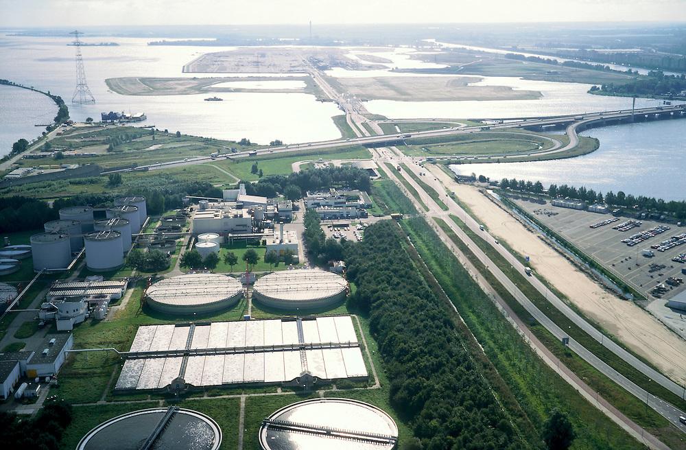 Nederland, Amsterdam, IJburg, 25-09-2002; rioolwaterzuivering op Eiland Zeeburg met ringweg A10; achter de autosnelweg de eilanden van het nieuwe stadsdeel IJburg; milieu, afvalwater, stadsvernieuwing,planologie, stedebouw, infrastructuur, zie ook andere (detail)foto's van deze lokatie;<br /> luchtfoto (toeslag), aerial photo (additional fee)<br /> foto /photo Siebe Swart