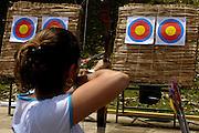 Belo Horizonte_MG, Brasil...Mulher praticando Arco e Flecha no CEU UFMG...A woman practing Arco e Flecha in the CEU UFMG...Foto: DANIEL DE CERQUEIRA /  NITRO