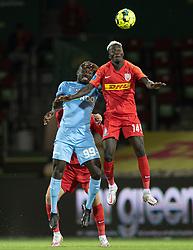 Alhaji Kamara (Randers FC) og Mohammed Diomande (FC Nordsjælland) under kampen i 3F Superligaen mellem FC Nordsjælland og Randers FC den 19. oktober 2020 i Right to Dream Park, Farum (Foto: Claus Birch).