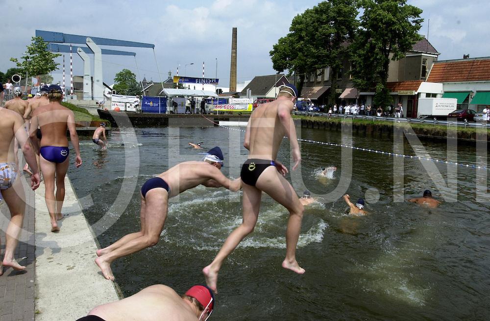 fotografie frank uijlenbroek©2001 frank uijlenbroek.010707 vriezenveen ned.Kanaalrace over 5 km..De deelnemers van de 5 km. springen te water.