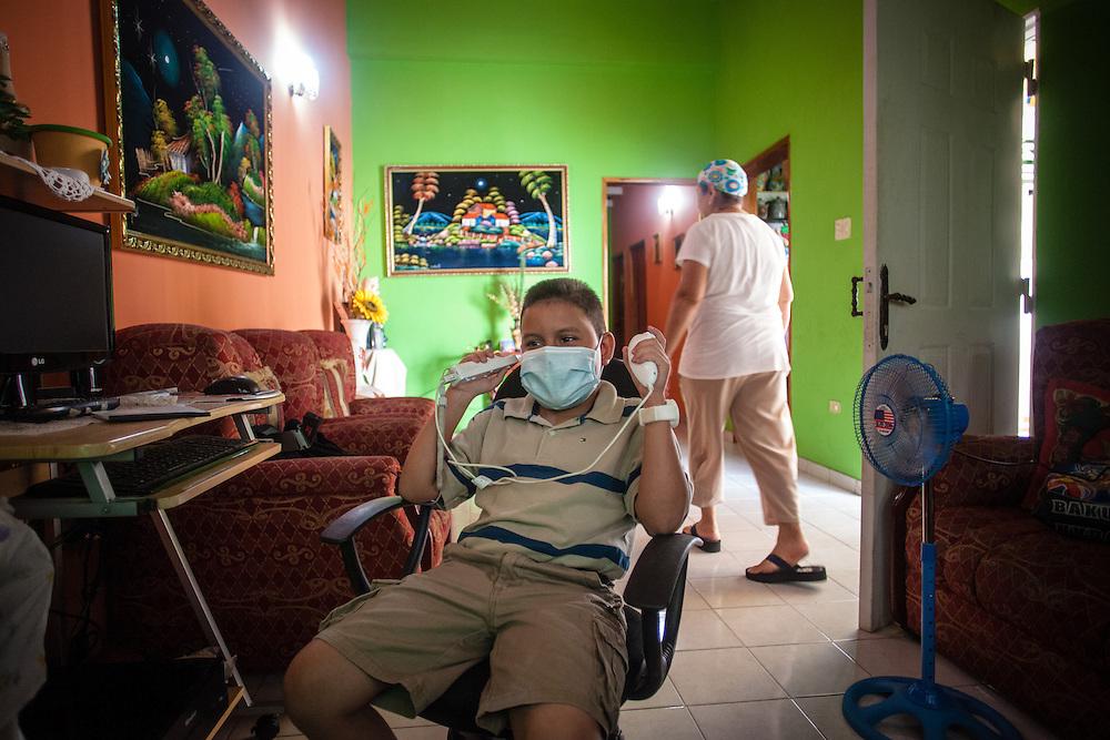 Manuel Alejandro Romero juega Wii Nintendo en la sala de su casa ubicada en la Urb. Altos del Sol Amado de Maracaibo, Edo. Zulia. Gracias a FundaHigado, en junio de 2012, Manuel Alejandro recibió un trasplante de higado que le permite disfrutar de la vida. Maracaibo, Venezuela 20 y 21 Oct. 2012. (Foto/ivan gonzalez)