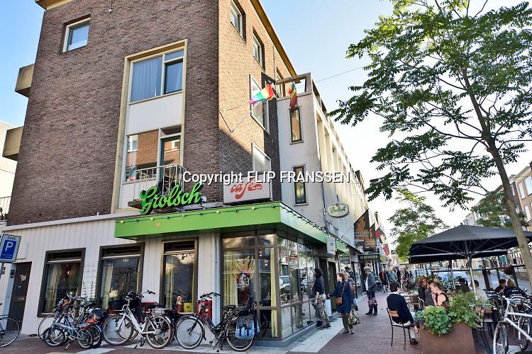 Nederland, Nijmegen, 7-9-2018 Cafes in Nijmegen. Exterieur De Plak, homocafe, bekend vanwege de piersonrellen begin jaren 80, 1981 . Foto: Flip Franssen