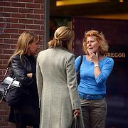 Linda de Mol en manager in gesprek met Els Verberk, vrouw van John en manager Xenia Kasper