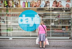 THEMENBILD - Dayli. TAP dayli Vertriebs GmbH, eine oesterreichische Drogeriekette, ging 2012 aus Schlecker hervor. Am Montag, den 12.08.2013, will der Masseverwalter die Entscheidung ueber die Schliessung faellen. 2200 Mitarbeiter sind betroffen. Das Bild wurde am 09. August 2013 aufgenommen. im Bild Frau schaut in Schaufenster einer Dayli Filiale // THEME IMAGE FEATURE - Dayli. Dayli is a austrian drugstore chain. The image was taken on august, 9th, 2013. Picture shows a Woman looking in the Showcase of an Dayli Shop, AUT, EXPA Pictures © 2013, PhotoCredit: EXPA/ Michael Gruber
