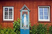 Kapliczka przed domem w Tykocinie, Polska<br /> Chapel in front of a house in Tykocin, Poland