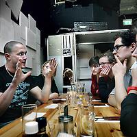 Nederland, Amsterdam , 30 januari 2011..In restaurant Canvas gaat happy Chaos op zoek naar het persoonlijke verhaal achter de missie in Uruzgan. Bezoekers krijgen de mogelijkheid om tijdens een diner op een informele manier met Afghanistan-veteranen in gesprek te gaan en zo te delen in de ervaringen van Nederlandse soldaten in Kamp Holland. Zo krijgen de militairen bovendien de kans hun verhalen te vertellen..Op de foto: een ex Uruzgan, Irak militair vertelt aan studenten zijn persoonlijke ervaringen tijdens dieverse missies...Foto:Jean-Pierre Jans