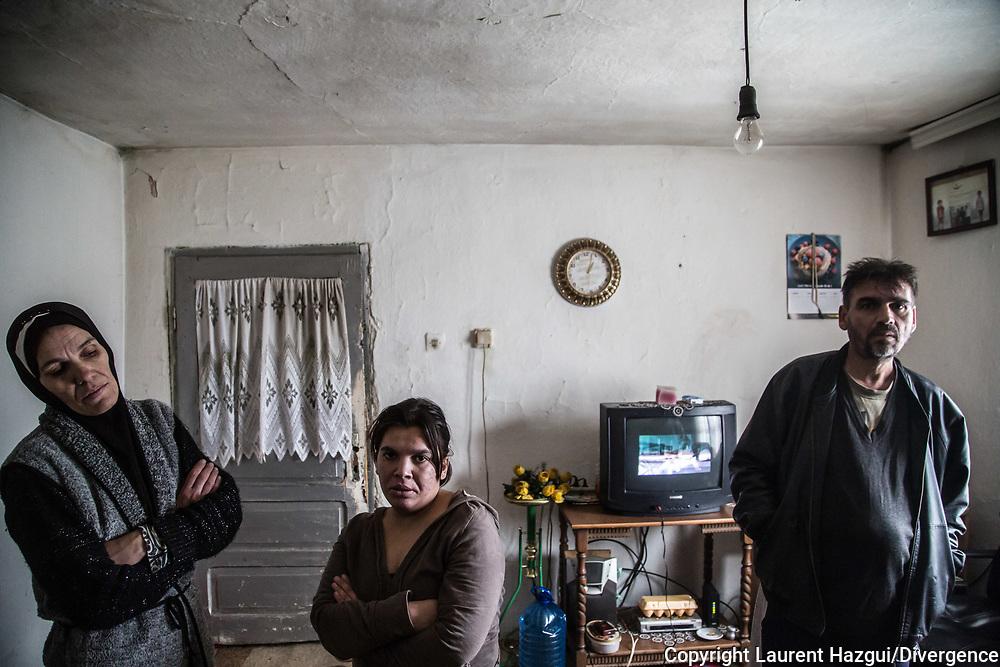 Décembre 2017. Kosovo : 10ème anniversaire de l'indépendance. La communauté Roms (Rom, ashkali et égyptien) qui représente 2% de la population. Elle connaît de grandes difficultés, accentuées par leur collaboration présumée aux serbes pendant la guerre. Kosovo Polje ou Fushë Kosovë (en albanais Fushë Kosova). Cete famille rom vit dans des conditions très précaires, sans isolation pour l'hver. Le père et la fille sont malades et n'ont que très peu d'aide de l'Etat.