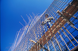 Operario da construcao civil trabalhando na estrutura de ferro de barragem / Construction worker working in iron structure of dam