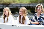 Het koninklijk gezin maakt een vaartocht over de Kagerplassen en poseert op de kade tijdens de jaarlijkse zomerfotosessie.<br /> <br /> The royal family makes a cruise on the Kagerplassen and pose on the quay during the annual summer photography session.<br /> <br /> Op de foto / On the photo:  Koningin Maxima met prinses Ariane en prinses Alexia <br /> <br /> Queen Maxima with Princess Ariane and Princess Alexia