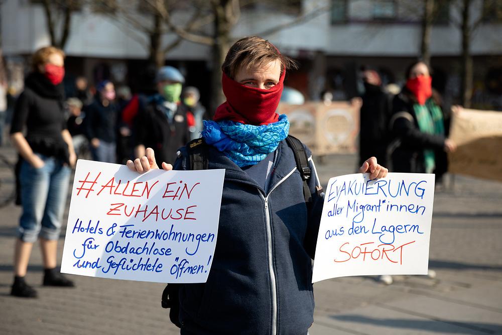 An die 200 Demonstranten mit Atemschutzmasken protestieren während der Verordnung mit Ausgansbeschränkungen und Kontaktverbot zur Eindämmung der COVID-19 - Pandemie (Coronavirus SARS-CoV-2)  unangemeldet und mit Sicherheitsabstand am Kottbusser Tor in Berlin Kreuzberg gegen Zwangsräumungen, soziale Missstände und für eine Aufnahe von Geflüchteten. <br /> <br /> [© Christian Mang - Veroeffentlichung nur gg. Honorar (zzgl. MwSt.), Urhebervermerk und Beleg. Nur für redaktionelle Nutzung - Publication only with licence fee payment, copyright notice and voucher copy. For editorial use only - No model release. No property release. Kontakt: mail@christianmang.com.]